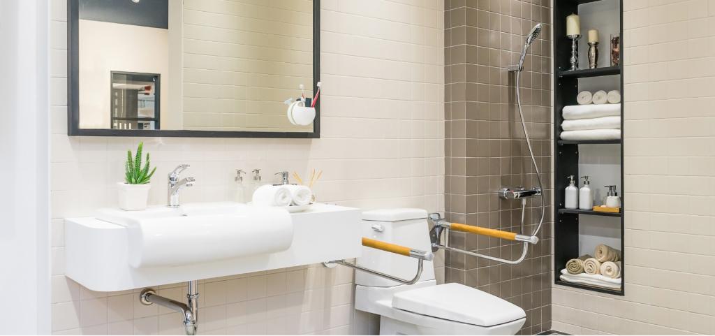 Kylpyhuone, jossa wc-kaiteet, esteetön