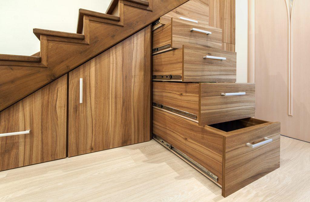 Laatikostoja ja kaappeja rakennettu portaiden alla olevaan ylimääräiseen tilaan.