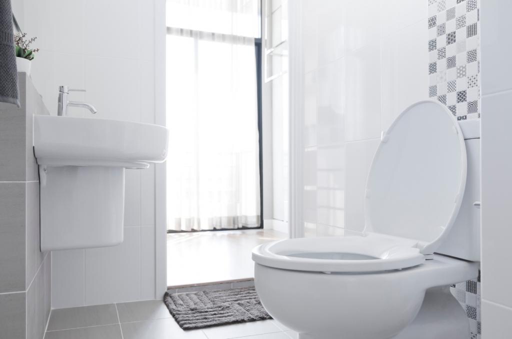 WC-tila, jossa tehty remontti, näyttää raikkaalta ja valoisalta